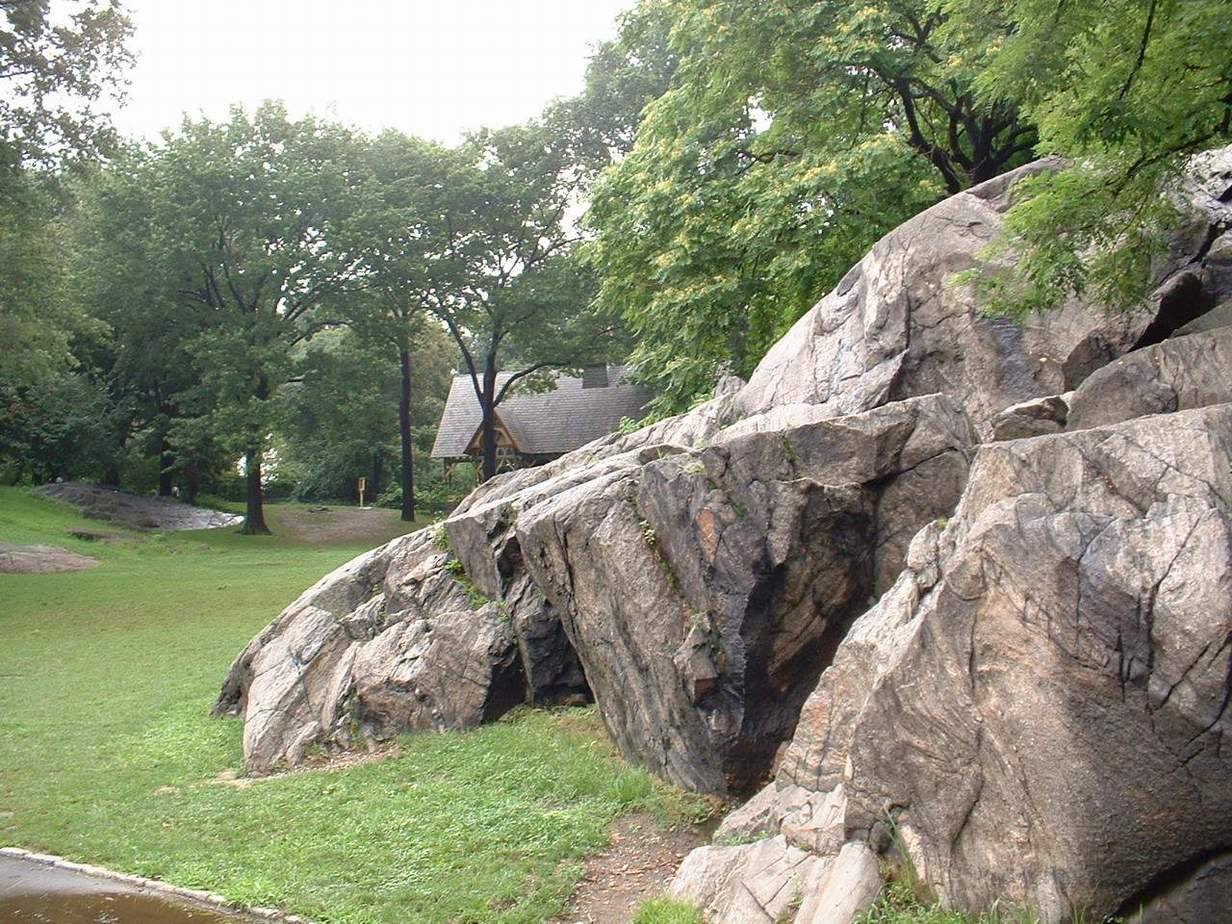 В Ценральном Парке много подобных камней